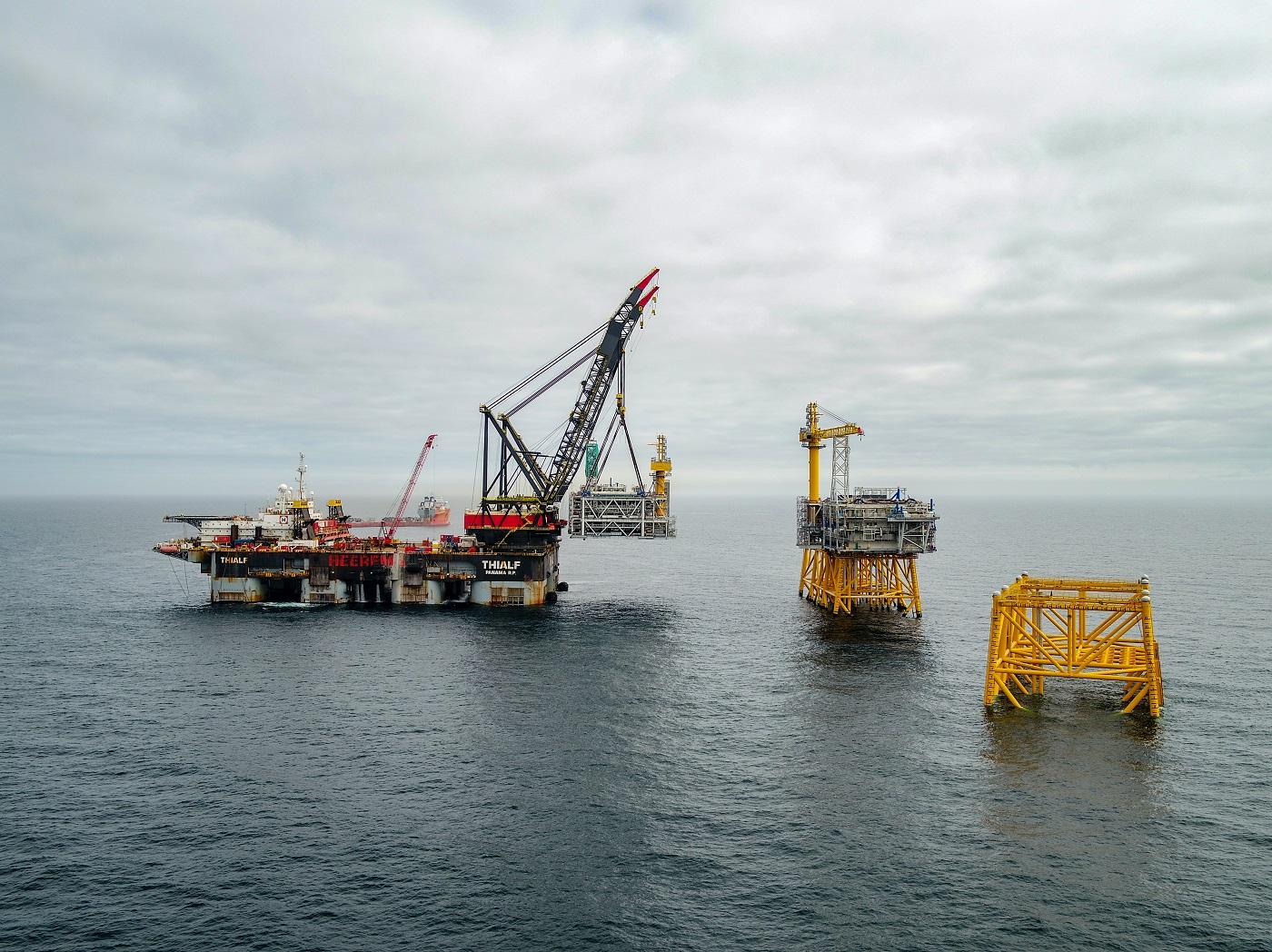 Modulen til stigerørsplattformen på Johan Sverdrup-feltet løftes på plass. Den første av fire plattformer på gigantfeltet ute i Nordsjøen er nå installert