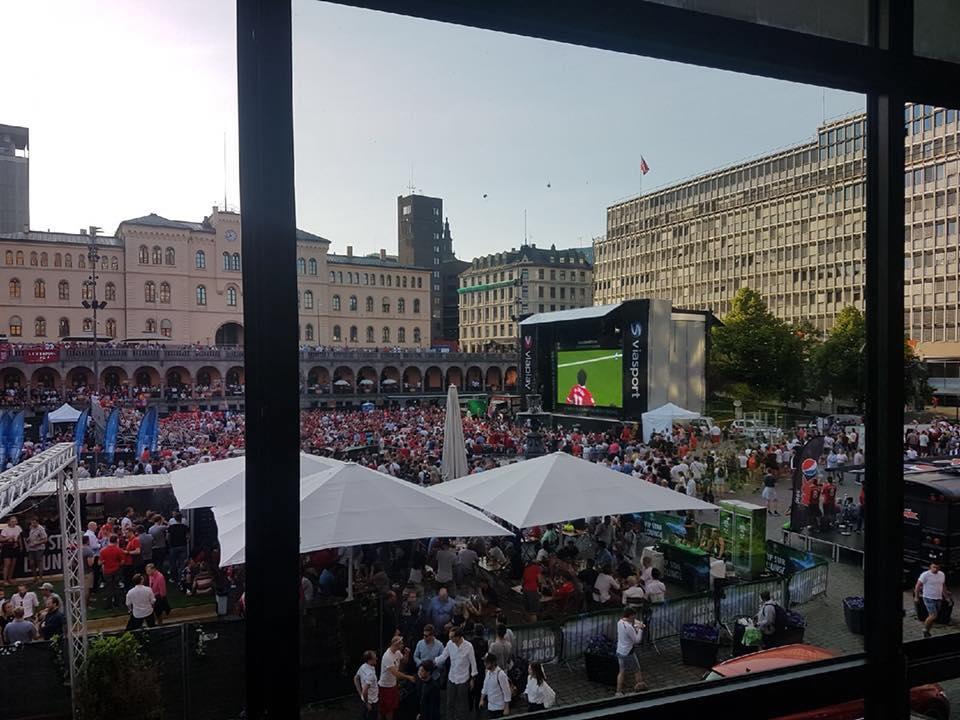 Viasat viste finalen på storskjerm på Youngstorget i Oslo