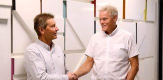 Bjørn Isaksen, daglig leder i OpenNet og Morten Aagenæs, konserndirektør i OBOS, har inngått en oppkjøpsavtale som legger grunnlaget for at OBOS kan levere solide smartløsninger.