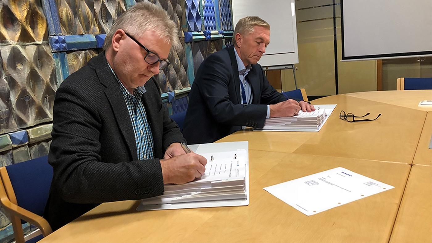 Prosjektsjef Magnar Myklatun i Skanska og direktør Oddleiv Sæle i Eidsiva Vannkraft signerer kontrakten om byggingen av Tolga kraftverk